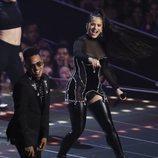 Rosalía con un corsé negro y pedrería durante en los Premios MTV VMAs 2019