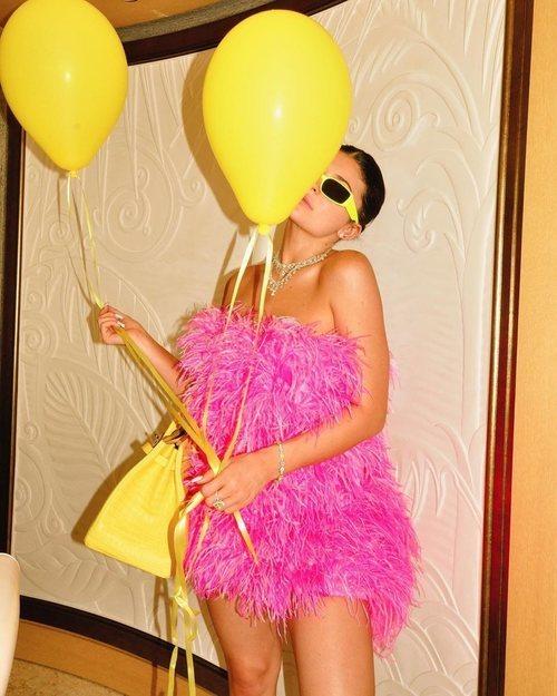 Kylie Jenner con un minivestido rosa de pluma de Attico el día de su 22 cumpleaños