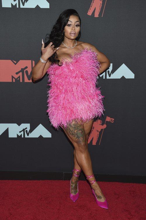 Blac Chyna con un minivestido rosa de plumas de Attico en los MTV VMAs 2019