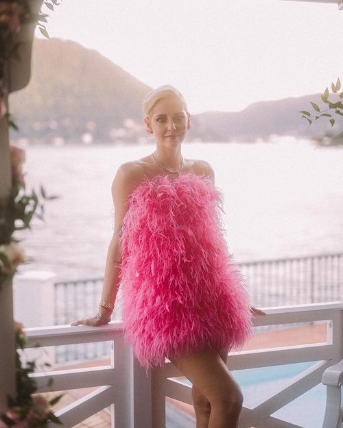 Chiara Ferragni con un minivestido rosa de plumas de Attico en un evento de Lâncome