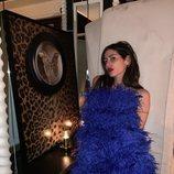 Gilda Ambrosio con un minivestido azul de plumas de Attico