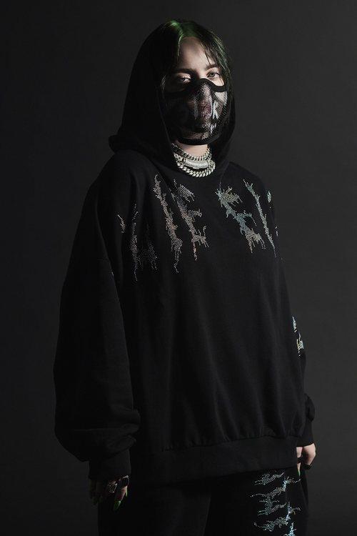 Billie Eilish con chándal negro de terciopelo de la colección Billie Eilish x Bershka