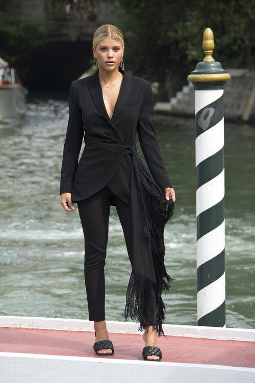 Sofia Richie triunfa en Venecia con su mono negro