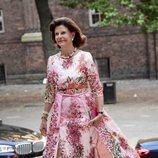La Reina Silvia de Suecia con un vestido satinado de flores en el City Hall de Estocolmo