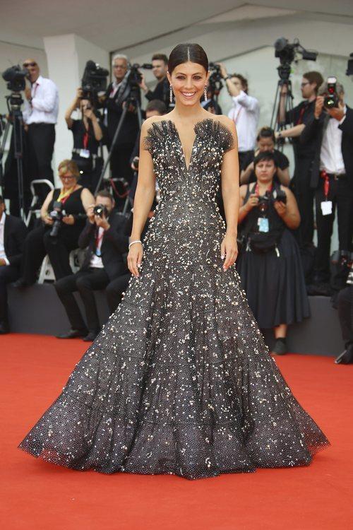 Alessandra Mastronardi con vestido de Armani Privé en la premiere de 'Truth' en el Festival de Venecia 2019