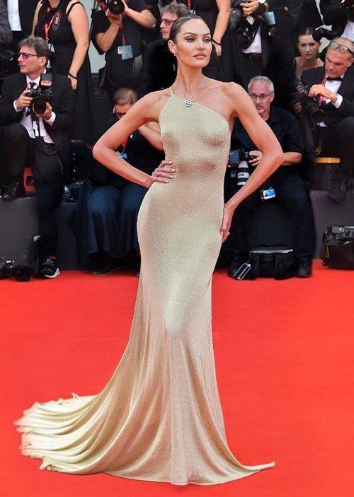Candice Swanepoel vestida de Etro en la premiere de 'Truth' en el Festival de Venecia 2019