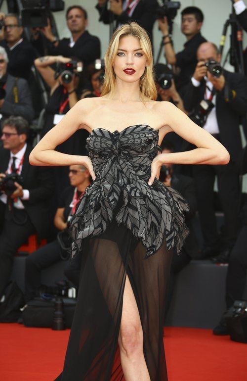 Martha Hunt vestida de Alberta Ferretti en la premiere de 'Truth' en el Festival de Venecia 2019