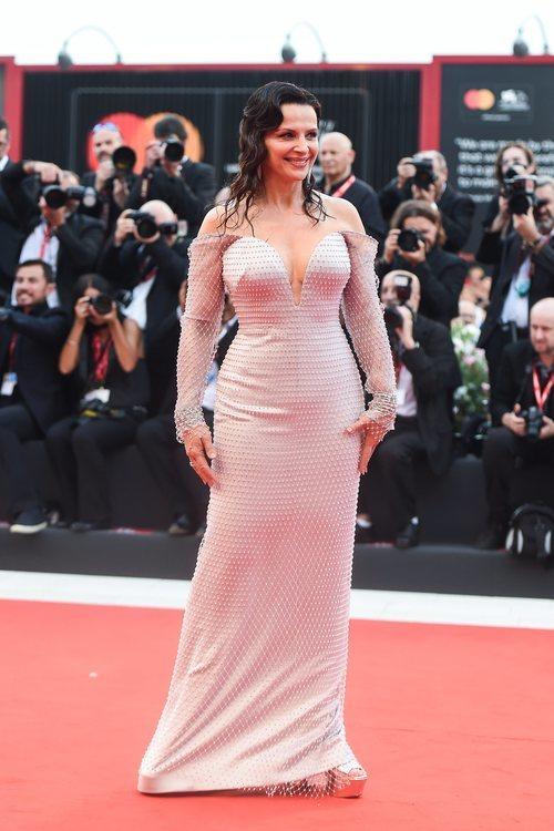 Juliette Binoche vestida de Armani Privé en la premiere de 'Truth' en el Festival de Venecia 2019