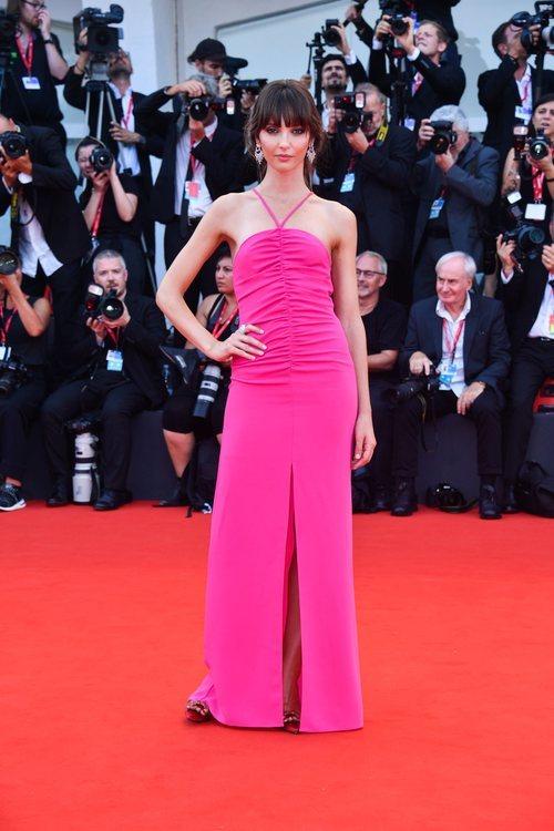 Annabelle Belmondo con vestido largo rosa fucsia en la premiere de 'Marriage Story' en el Festival de Venecia 2019