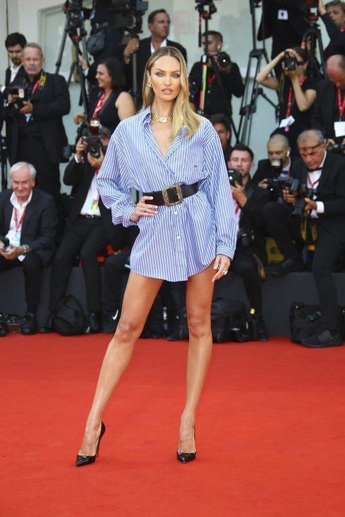 Candice Swanepoel vestida de Etro en la premiere de 'Marriage Story' en el Festival de Venecia 2019