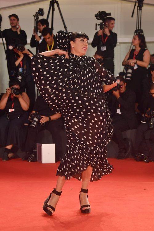 Rossy de Palma vestida de Juana Martín en la premiere de 'La lavandería' en el Festival de Venecia 2019