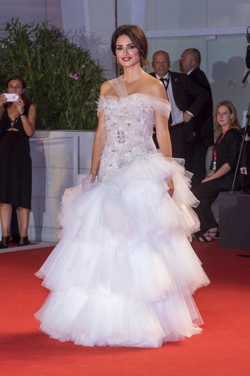 Penélope Cruz vestida de Ralph & Russo en la premiere 'Red avispa' en el Festival de Venecia 2019