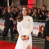 Kate Middleton con un vestido de Self Portait en la premiere de 'Un gato callejero llamado Bob'
