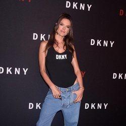Alessandra Ambrosio con un look de inspiración 2000's en la fiesta del 30 aniversario de Donna Karan New York