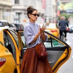 Katie Holmes con una falda plisada por Nueva York