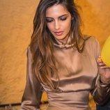 Sara Carbonero con un vestido satinado marrón de Wolflamb