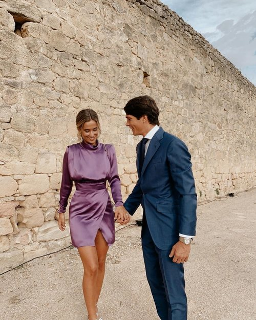 María Pombo (junto a Pablo Castellanos) con un vestido satinado violeta de Wolflamb