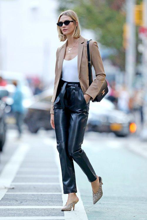 Karlie Kloss con pantalones de cuero paseando por Nueva York