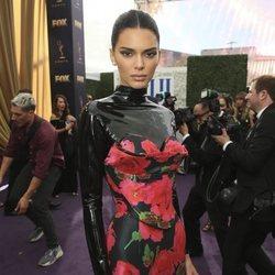 Kendall Jenner vestida de Richard Quinn en los premios Emmy 2019