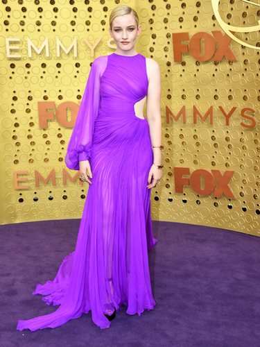 Julia Garner vestida de Cong Triunfante en los premios Emmy 2019