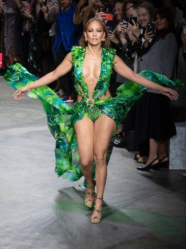 Jennifer Lopez desfilando para Versace en su colección primavera/verano 2020