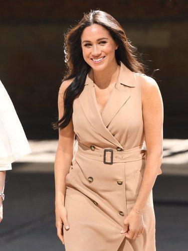 Meghan Markle con vestido trech en su visita a Sudáfrica