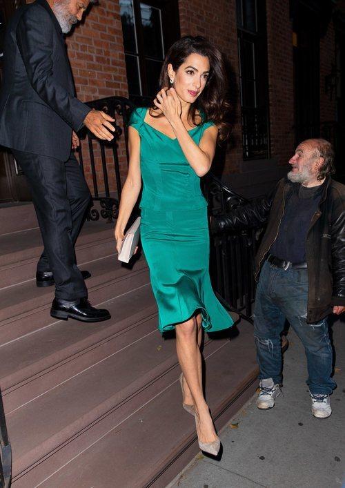 Amal Clooney con un dos piezas color esmeralda