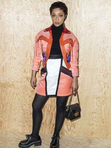 Ruth Negga con un dos piezas estilo cowboy en la Semana de la Moda de París
