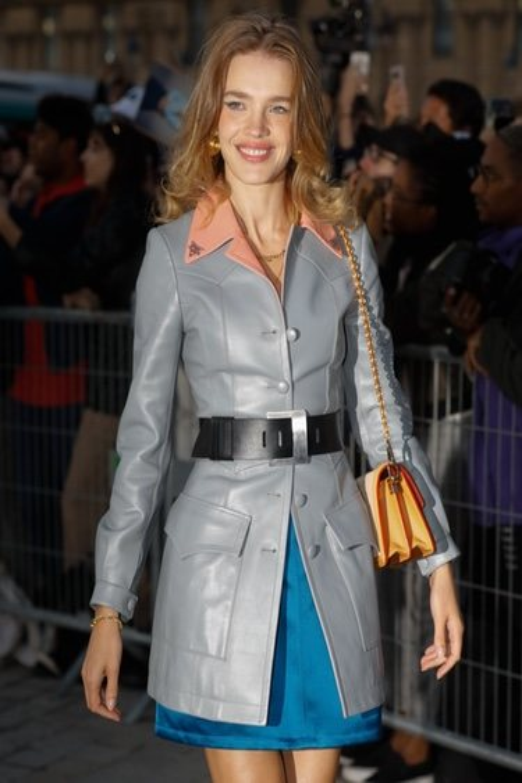 Natalia Vodianova con gabardina gris en la Semana de la Moda de París