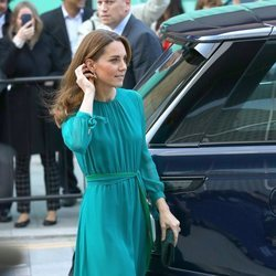 Catalina de Cambridge con vestido esmeralda de AROSS GIRL X SOLER