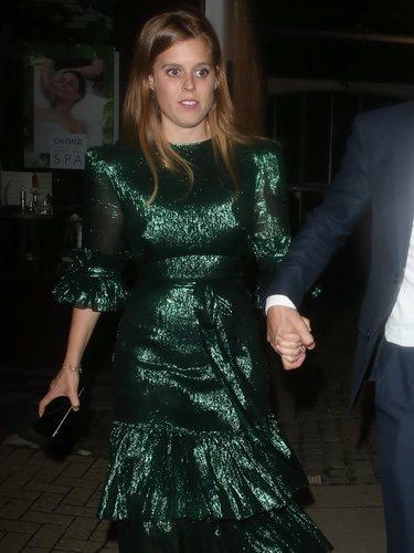 Beatriz de York con vestido metálico de lamé en la fiesta de Dior en Londres