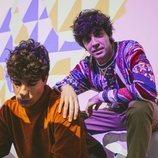 Javier Calvo y Javier Ambrossi  con una de las proyecciones de la pop-up store de Zalando