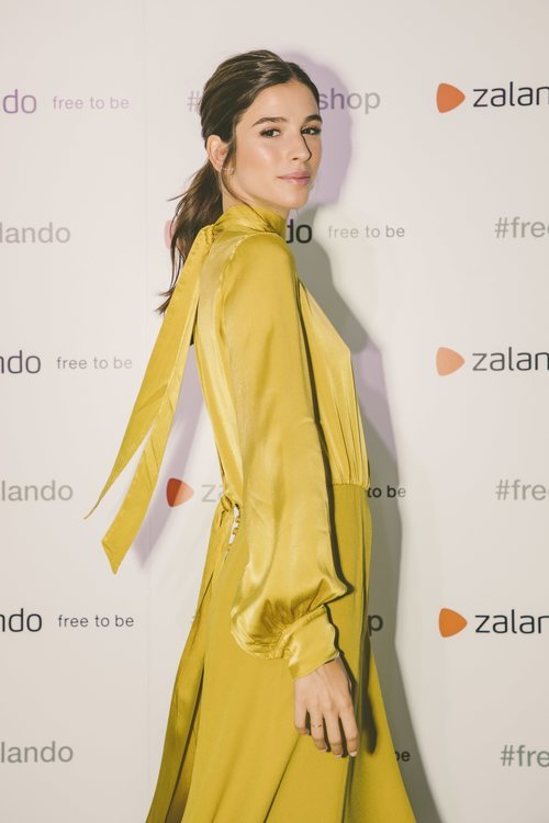 Sandra Gago posando en el photocall de la pop-up store de Zalando