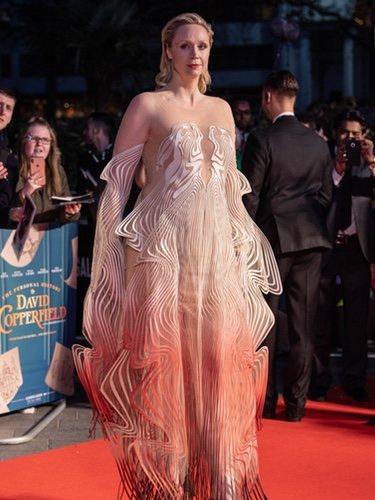 Gwendoline Christie con vestido transparente con ondulaciones blancas
