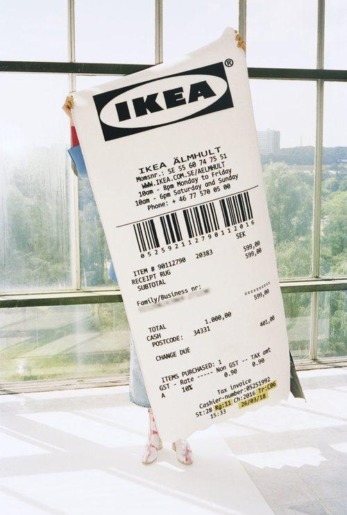 Alfombra con forma de ticket de la colección 'Markerad' de Ikea y Virgil Abloh