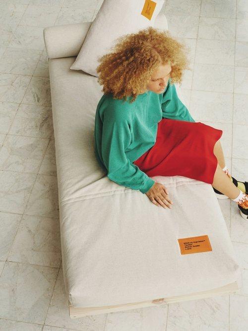 Diván con etiqueta de la colección 'Markerad' de Ikea y Virgil Abloh