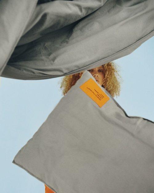 Colcha y cojín gris de 'Markerad' la nueva colección de Ikea y Virgil Abloh