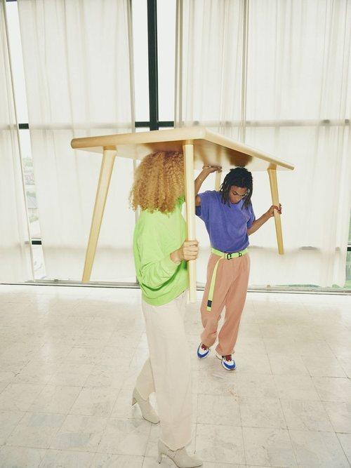 Mesa de madera de la nueva colección cápsula 'Markerad' de Ikea y Virgil Abloh