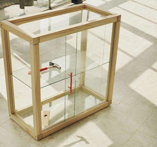 Estantería de cristal de la colección 'Markerad' de Ikea y Virgil Abloh