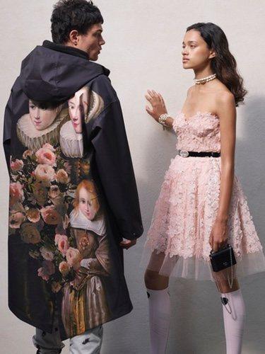 Parca negra y vestido de flores de la colección cápsula H&M y Giambattista Valli