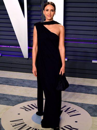 Jessica Alba con un vestido asimétrico en la fiesta de Vanity Fair posterior a los premios Oscar 2019