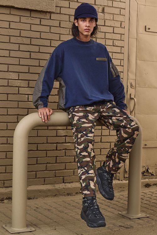 Jersey azul y pantalón de camuflaje de 'Zara SRPLS' otoño 2019