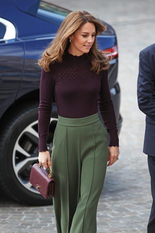 Kate Middleton con un conjunto granate y verde llegando al Museo de Historia Natural de Londres