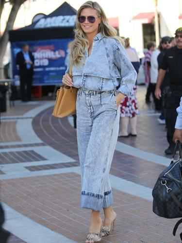 Heidi Klum con un total look denim paseando por Nueva York