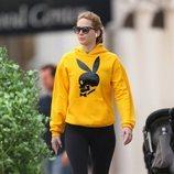 Jennier Lawrence con un look de deporte y sudadera inspiración 'Playboy' paseando por Nueva York
