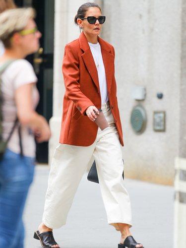 Katie Holmes con un look casual en tonos crema y naranja paseando por Nueva York