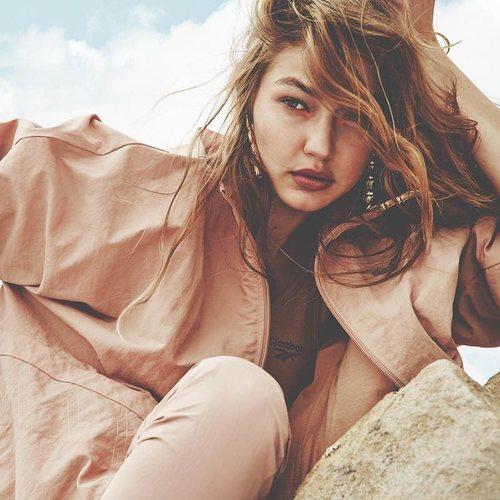 Chaqueta beige de la segunda colección de 'Gigi Hadid X Reebok' otoño 2019