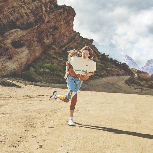 Chandal azul largo de la segunda colección de 'Gigi Hadid X Reebok' otoño 2019