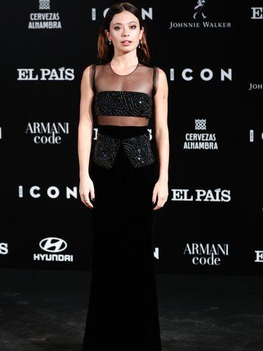Anna Castillo con un vestido largo emulando un dos piezas de Giorgio Armani en los Premios Icon 2019