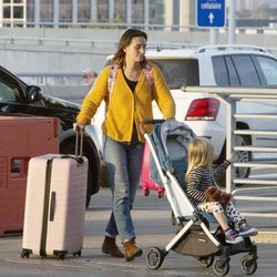 Leighton Meester y su hija Arlo Day Brody llegando al aeropuerto de Toronto